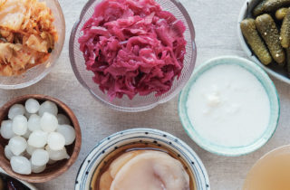 examples of foods with probiotics, including pickled pearl onions, yogurt, saurkraut and pickles