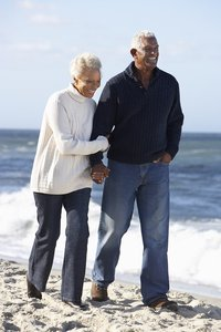 web_cardiac_couple_walking_on_beach_thinkstock_177785164.jpg